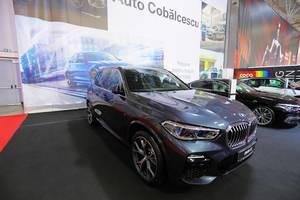 Ein BMW X5 SUV auf der Automesse in Bukarest