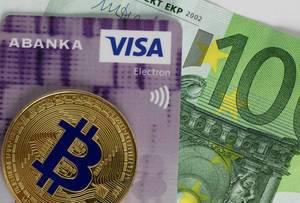 Ein Boitcoin auf einer Kreditkarte und einem Euroschein