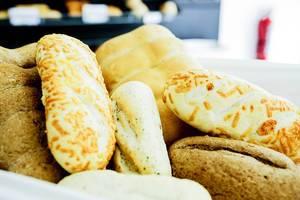 Ein Brotkorb mit verschiedenen Brotsorten