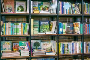 Ein Bücherregal in einem vietnamesischen Buchgeschäft in Saigon