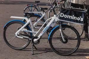 Ein Dominos Pizza Lieferfahrrad in Venlo, Niederlande