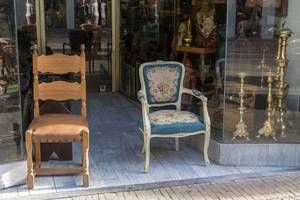 Ein edler Stuhl vor einem Antiquitätengeschäft in Venlo
