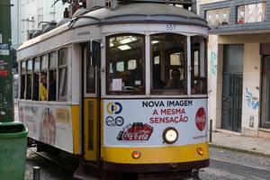 Ein Elétrico 28 Zug in Lissabon, Portugal