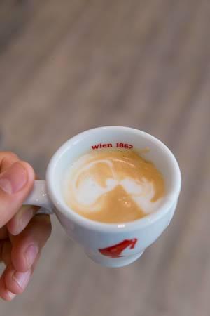 Ein Espresso in der Kaffeebar im Julius Meinl am Graben in Wien