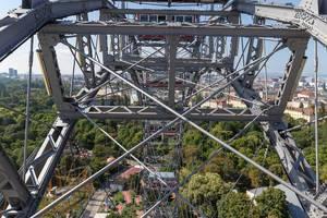 Ein Foto der Konstruktion inklusive Stahlseile des Wiener Riesenrades im Prater