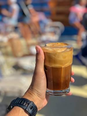 Ein Freddo Cappuccino am warmen Sommertag genießen