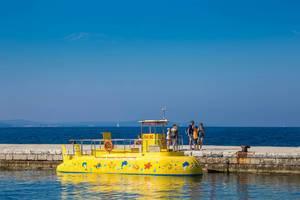 Ein gelbes U-Boot mit leuten auf dem Steg in Kroatien