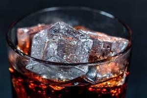 Ein Glas Cola mit Eiswürfeln