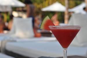 Ein Glas Wassermelonensaft mit unscharfem Hintergrund