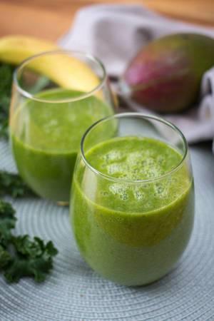 Ein grüner vegan Smoothie in einem Glas