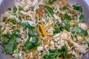 Ein Hähnchensalat in der Nahaufnahme in Vietnam