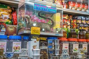 Ein Händler auf dem Ben Thanh Markt in Saigon verkauft Wieselkaffee und Tee