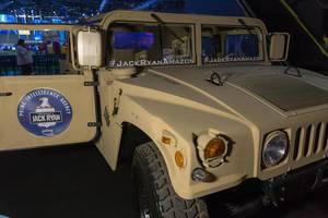 Ein Hummer Geländewagen am Messestand von Tom Clancy