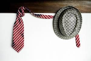 Ein Hut und eine Krawatte hängen an der Garderobe