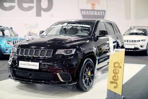 Ein Jeep Grand Cherokee im Schwarz auf der Automesse