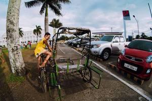 Ein Junge fährt ein Trisikad in Bacolod