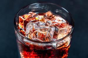 Ein kaltes Getränk mit Eiswürfeln in einem Glas