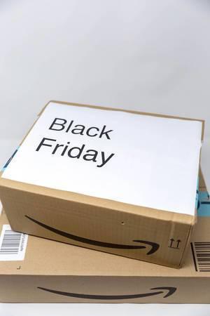 Ein Karton von Amazon mit der Aufschrift Black Friday