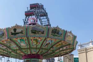 Ein Karussell im Prater und das Riesenrad im Hintergrund