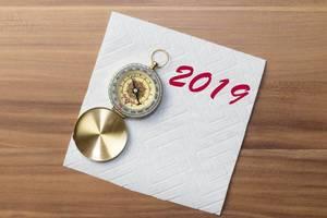 Ein Kompass mit der Schrift 2019