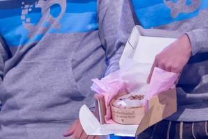 Ein Kuchen von Kuchentratsch präsentiert auf der Bühne