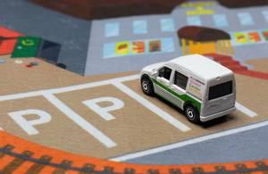 Ein Lieferwagen auf einem Parkplatz  - Modelauto