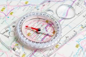 Ein Lineal mit Kompass auf einer Terrain-Karte Nahaufnahme