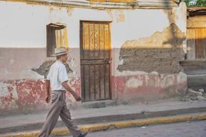 Ein Mann läuft die Straße runter