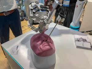 Ein Medineering chirurgischer Roboter demonstriert einen Eingriff