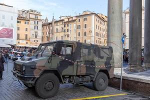 Ein Militärfahrzeug auf dem Pantheon Platz in Rom