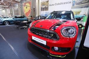 Ein Mini Countryman Plug-in-Hybrid wird auf der Automesse geladen