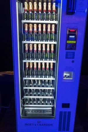 Ein Moet & Chandon Champagner Getränkeautomat auf dem Bits & Pretzels Festival in München