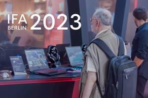 """Ein Opa guckt sich das Wirtschaftssimulationsspiel und PC-Game Tropico auf einem Gaming-Laptop an, unter dem Bildtitel """"IFA Berlin 2023"""""""