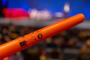 Ein orangefarbiger Boomwhacker Instrument beim TEDxVenlo 2018