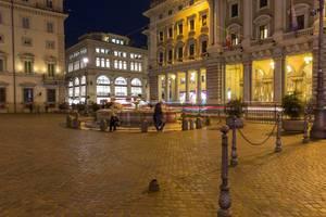 Ein Platz in Rom bei Nacht