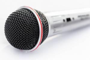Ein professionelles Mikrofon in der Nahaufnahme auf weißem Hintergrund
