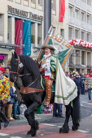 Ein Reiter des Reiter Korps Jan von Werth beim Rosenmontagszug - Kölner Karneval 2018