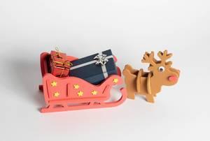 Ein Rentier mit dem vollen Schlitten des Weihnachtsmannes