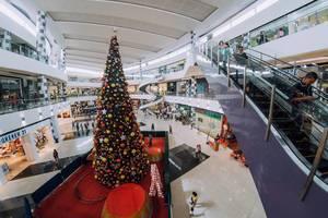 Ein riesiger Weihnachtsbaum in Zentrum einer Mall in Bacolod City