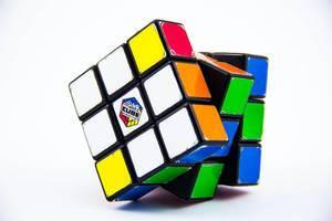 Ein Rubiks Cube auf weißem Hintergrund