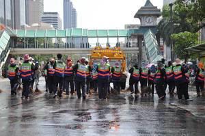 Ein Schar von Arbeitern reinigt eine Straße - Thailand