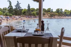 """Ein schicker, gedeckter Tisch für Zwei, im Restaurant """"Taverne Hinitsa"""", mit Meerblick im Urlaubsort Porto Heli, Griechenland"""