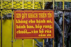 Ein Schild das den Besuchern mitteilt die Schildkröten nicht zu füttern