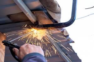 Ein Schweißer repariert ein Dach