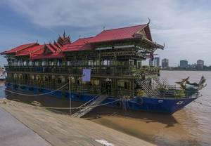 Ein schwimmender Tempel auf dem Mekong Fluss