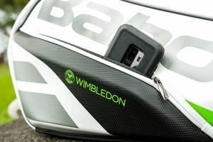 Ein Smartphone steckt in einer Wimbledon Tennistasche