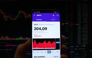 Ein Smartphone zeigt den Berkshire Hathaway Inc. Marktwert