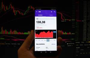 Ein Smartphone zeigt den IBM Marktwert