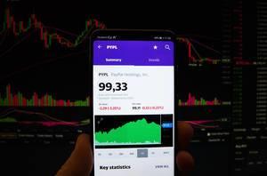 Ein Smartphone zeigt den PayPal Holdings Marktwert