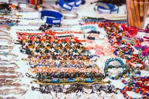 Ein Souvenirsstand verkauft bunte Perlenarmbänder in Honduras